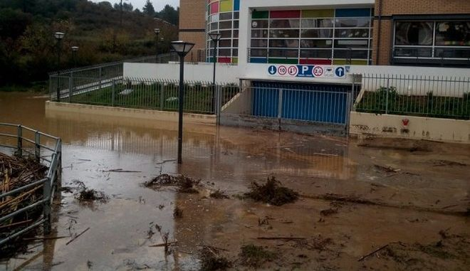 Προβλήματα από την κακοκαιρία: Πλημμύρες, κατολισθήσεις, ακυρώσεις πτήσεων, δεμένα πλοία στα λιμάνια