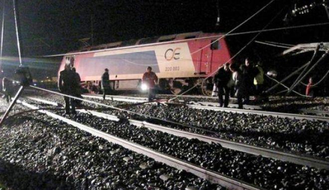 Τραίνο με 285 επιβάτες προσέκρουσε σε βράχια