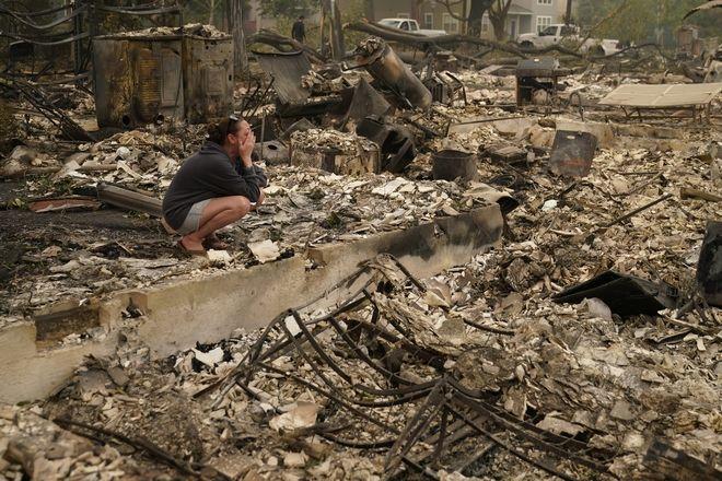 Η Desiree Pierce κλαίει καθώς επισκέπτεται το σπίτι της που καταστράφηκε από πυρκαγιά, την Παρασκευή, 11 Σεπτεμβρίου 2020, στο Oregon.
