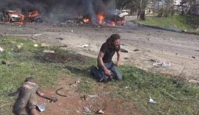 Τα δάκρυα θόλωσαν την κάμερα: Φωτογράφος σπαράζει για τη φρίκη στη Συρία