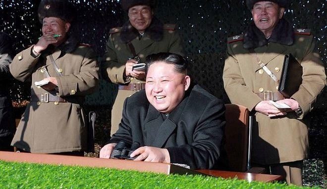 O Κιμ Γιόνγκ Ουν ανατίναξε ομοίωμα της 'προεδρικής οικίας' της Ν. Κορέας