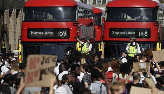 Στιγμιότυπο από διαδήλωση για τη δολοφονία του Τζορτζ Φλόιντ στο Λονδίνο