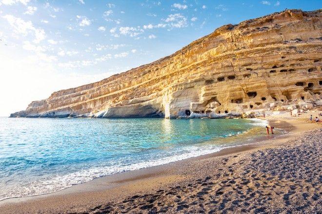 Παραλία στα Μάταλα με σπηλιές όπου ζούσαν χίπηδες την δεκαετία του '70
