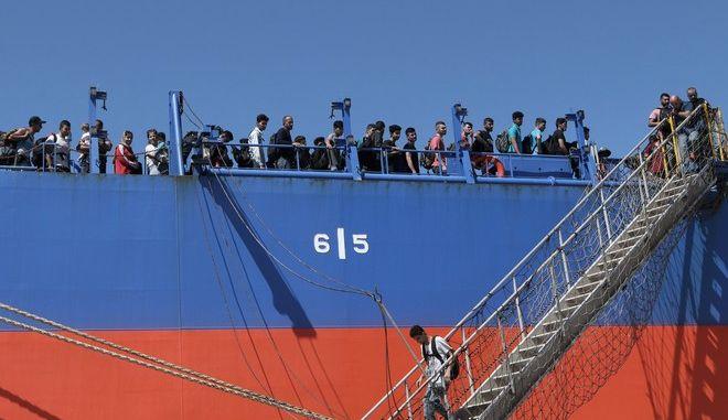 Μετανάστες σε πλοίο