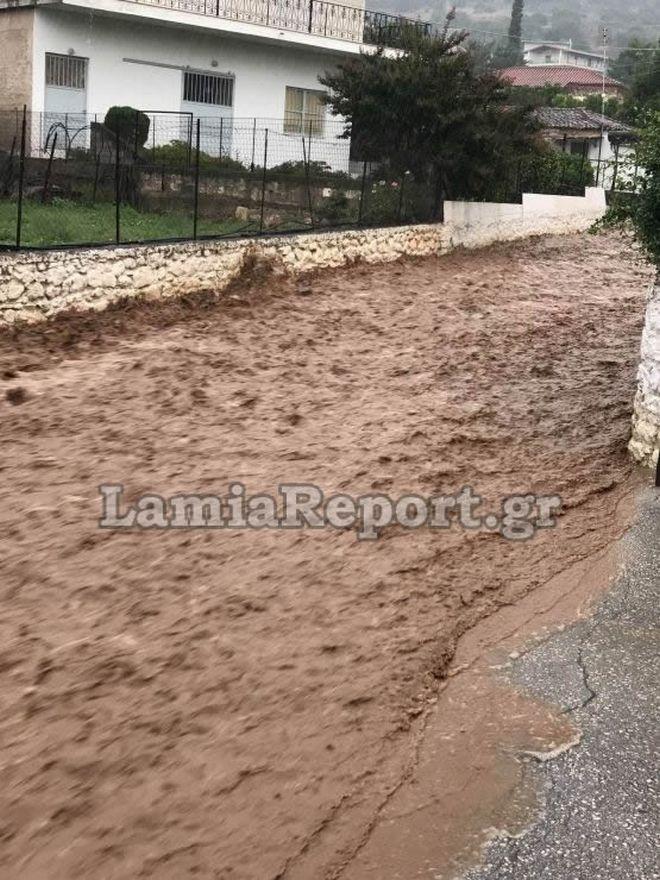 Ποτάμια οι δρόμοι στη Λαμία