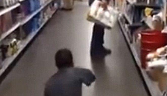 Εκπληκτικό βίντεο: Φαρσέρ με ένα χέρι, τρομάζει πελάτες σούπερ μάρκετ