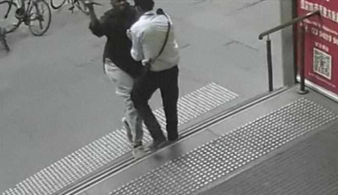 Η στιγμή που ο δράστης της επίθεσης στη Μελβούρνη μαχαιρώνει σεκιουριτά