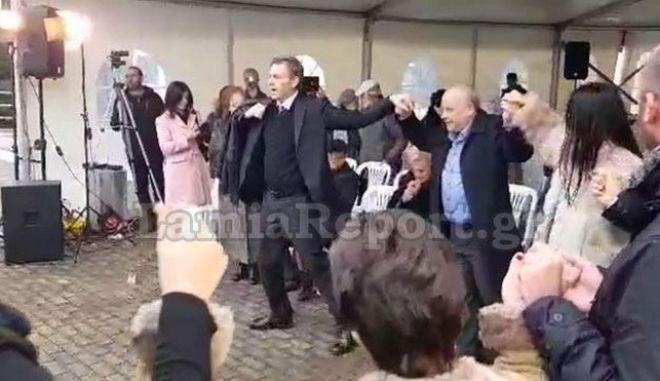 Ο Απόστολος Γκλέτσος χορεύει τσάμικο