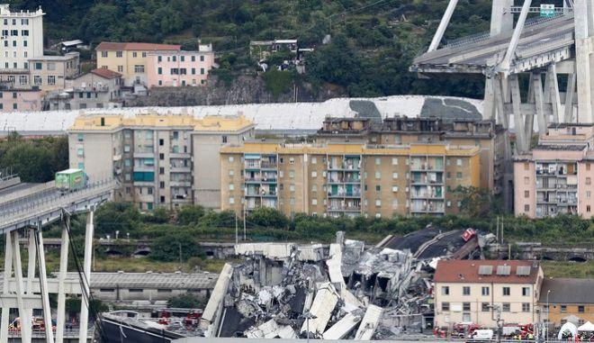 Εικόνα από το σημείο, όπου κατέρρευσε η γέφυρα στη Γένοβα