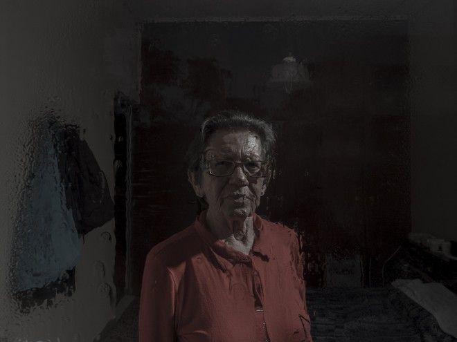 Βασιλική, 70, στο υπνοδωμάτιο του σπιτιού της, ©Δημήτρης Μιχαλάκης