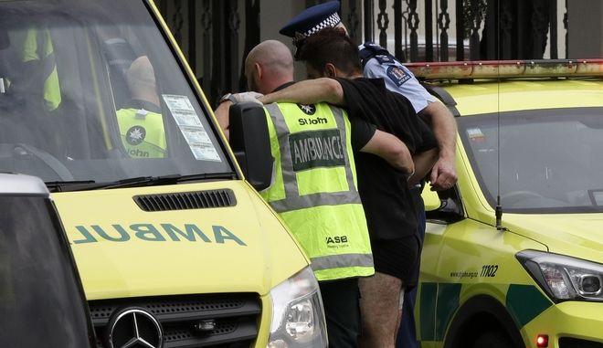 Αστυνομία και ασθενοφόρα στο σημείο της αιματηρής επίθεσης στη Νέα Ζηλανδία