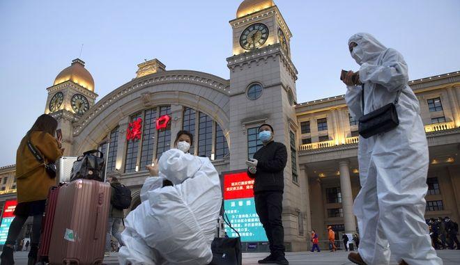 Επιβάτες με προστατευτικές μάσκες στην Κίνα