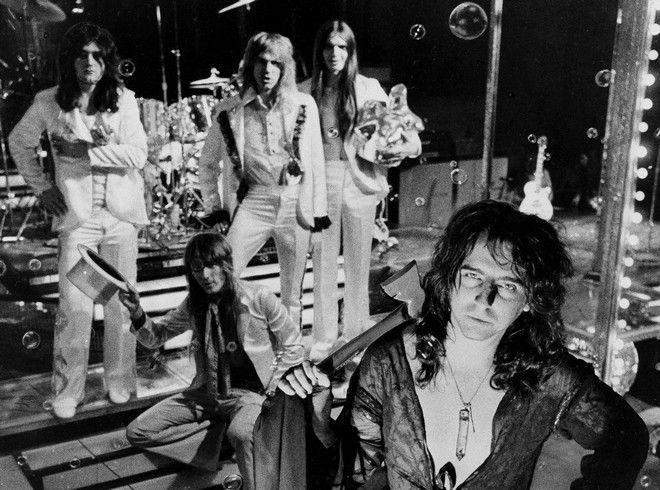 To συγκρότημα 'Alice Cooper', τον Ιούνιο του 1973. Μπροστά είναι ο γνωστός εώς Alice Cooper και πίσω από αριστερά προς τα δεξιά οι Michael Bruce και Neal Smith. Καθισμένοι είναι οι Glen Buxton και Dennis Dunaway.
