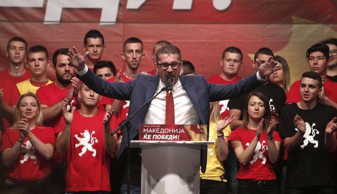 Στιγμιότυπο από ομιλία του επικεφαλής του VMRO-DPMNE Χριστιάν Μιτσόσκι