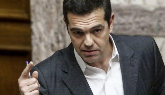 """Ο Πρωθυπουργός Αλέξης Τσίπρας στην ομιλία του για την επερώτηση 13 Βουλευτών της Νέας Δημοκρατίας με θέμα:""""Πώληση Βλημάτων του Ελληνικού Στρατού Ξηράς και Αεροπορικών Βομβών της Ελληνικής Πολεμικής Αεροπορίας στη Σαουδική Αραβία με Διακρατική Συμφωνία"""" (EUROKINISSI/ΓΙΩΡΓΟΣ ΚΟΝΤΑΡΙΝΗΣ)"""