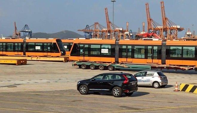 Τα νέα Τραμ της Αθήνας είναι εδώ - Πλούσιο φωτορεπορτάζ από την εκφόρτωση και μεταφορά τους