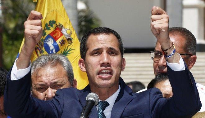 Ο ηγέτης της αντιπολίτευσης στη Βενεζουέλα Χουάν Γκουαϊδό σε ομιλία του στο Καράκας