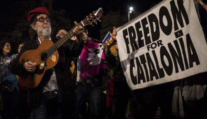 Independence supporters gather in Barcelona's main square, Spain, Sunday, Oct. 1, 2017. Authorities say 844 people and 33 police were injured Sunday in Spanish police raids to halt the independence vote organized by the Catalan autonomous government that was declared ilegal by Spain's constitutional court. (AP Photo/Santi Palacios)