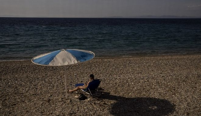 Άνδρας σε παραλία στην Αίγινα