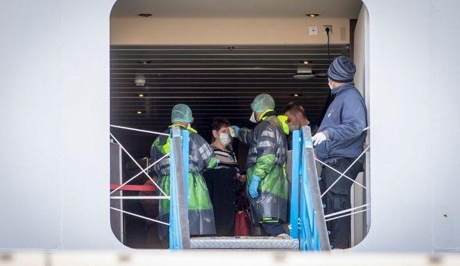 Έλεγχος επιβατών για κορονοϊό στο Fantasia Cruise Ship