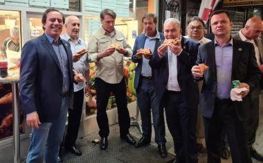 Ο ανεμβολίαστος Μπολσονάρο βολεύτηκε με πίτσα στο δρόμο στη Νέα Υόρκη