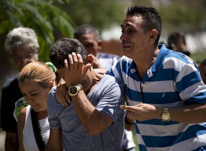 Συγγενείς των θυμάτων της πτήσης των κουβανικών αερογραμμών που συνετρίβη ξεσπούν σε κλάματα καθώς προσέρχονται στο νοσοκομείο της Αβάνας όπου και έχουν μεταφερθεί οι σοροί των οικείων τους