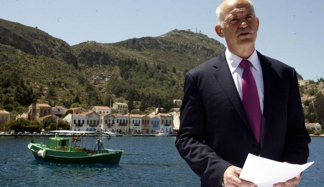 Ο πρώην πρωθυπουργός Γιώργος Παπανδρέου απευθύνει διάγγελμα στον ελληνικό  λαό από το Καστεόριζο