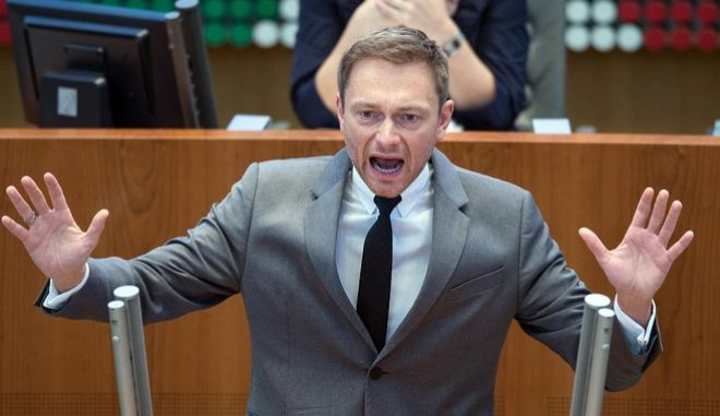 Der FDP-Fraktionsvorsitzende Christian Lindner spricht am 28.01.2016 in Düsseldorf (Nordrhein-Westfalen) im Landtag. Über den Umgang mit der rechtspopulistischen AfD diskutiert am Donnerstag der Düsseldorfer Landtag. Foto: Federico Gambarini/dpa +++(c) dpa - Bildfunk+++