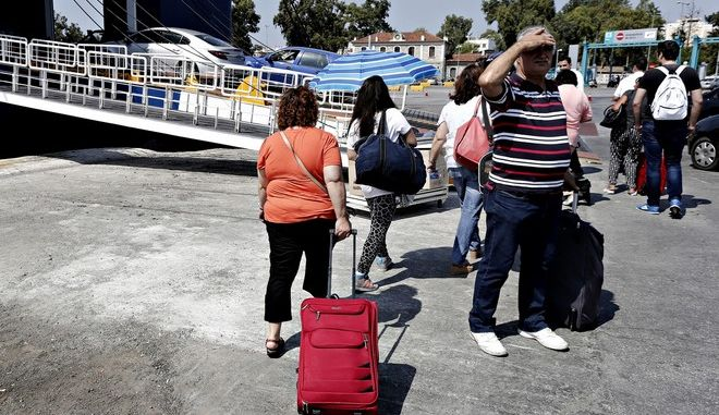 An increased number of tourists travel to the Greek islands from the Pireaus port as the tourists season reaches its peak for Greece, in Pireaus, August 1, 2015 /             ,          ,  , 1 , 2015