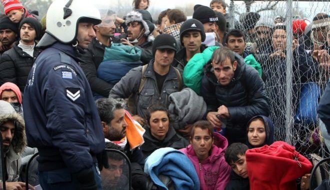 Πρόσφυγες στην Ειδομένη στα σύνορα με την ΠΓΔΜ την Παρασκευή 4 Δεκεμβρίου 2015. (MOTIONTEAM/ΒΑΣΙΛΗΣ ΒΕΡΒΕΡΙΔΗΣ)