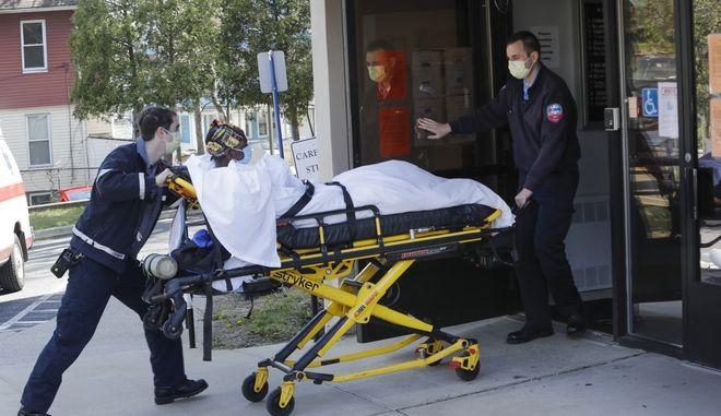 Ασθενής μεταφέρεται σε νοσοκομείο.