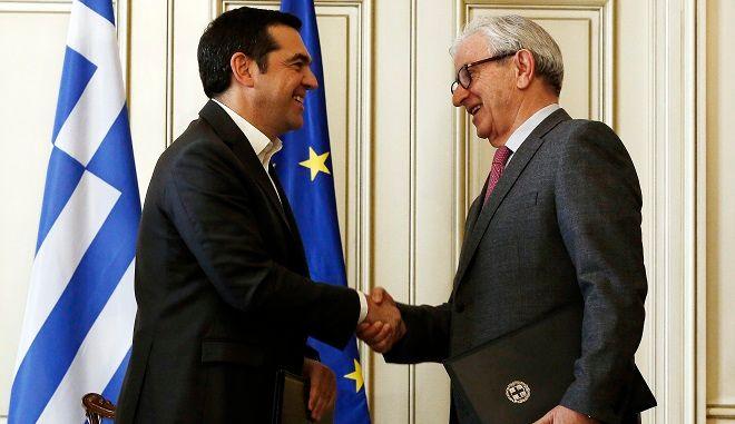 Ο πρωθυπουργός, Αλέξης Τσίπρας (Α) με τον πρόεδρο της Ένωσης Ελλήνων Εφοπλιστών Θεόδωρο Βενιάμης (Δ) υπογράφουν το νέο συνυποσχετικό του ελληνικού δημοσίου με την ναυτιλιακή κοινότητα μετά την συνάντηση που είχαν στο Μέγαρο Μαξίμου, την Τετάρτη 27 Φεβρουαρίου 2019.