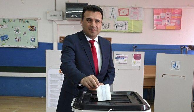 Στιγμιότυπο με τον Ζόραν Ζάεφ να ψηφίζει στις προεδρικές εκλογές στα Σκόπια, Αρχείο