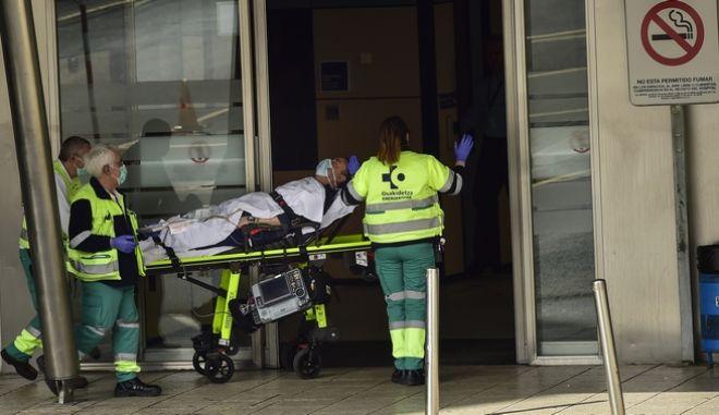 Ιατρικό προσωπικό μεταφέρει ασθενή στο νοσοκομείο του Μπιλμπάο
