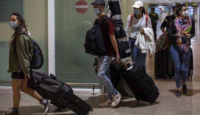 Τουρίστες φτάνουν σε ελληνικά αεροδρόμια (ΦΩΤΟ ΑΡΧΕΙΟΥ)