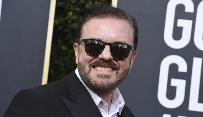 Ο Ricky Gervais φτάνει στο Beverly Hilton Hotel.