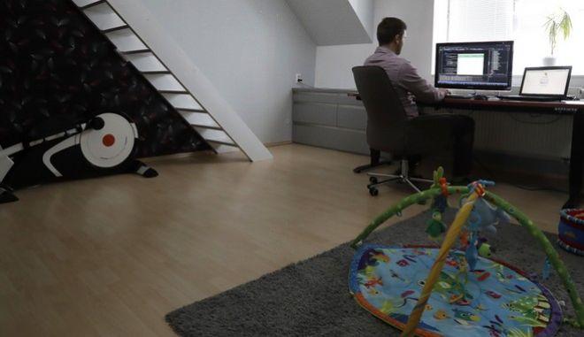 Άνθρωπος εργάζεται από το σπίτι
