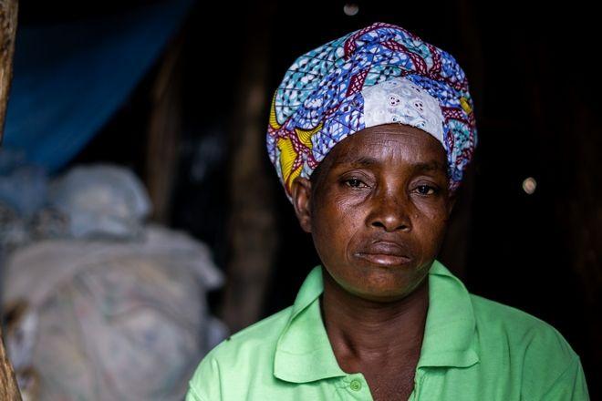 Η Luisa Munongo μπροστά από το σπίτι της στη Μοζαμβίκη