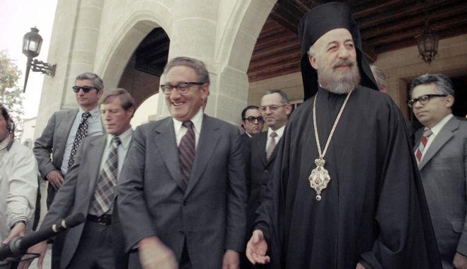 """Ο τότε υπουργός εξωτερικών των ΗΠΑ, Χένρι Κίσινγκερ, πλάι στον Αρχιεπίσκοπο Μακάριο, πρόεδρο της Κύπρου σε συνάντησή του στη Λευκωσία στις 7 Μαΐου. Η Βουλή των Ελλήνων δημοσιοποιεί τον φάκελο της Κύπρου για τα γεγονότα του """"Αττίλα"""" την Τετάρτη 24 Οκτωβρίου"""