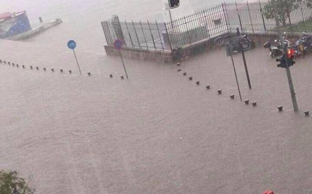 """Καταιγίδα """"σαρώνει"""" τη Θεσσαλονίκη - Χαλάζι, πλημμύρες και απεγκλωβισμοί"""