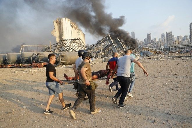 Τραυματίας μεταφέρεται μετά από την έκρηξη στη Βηρυτό