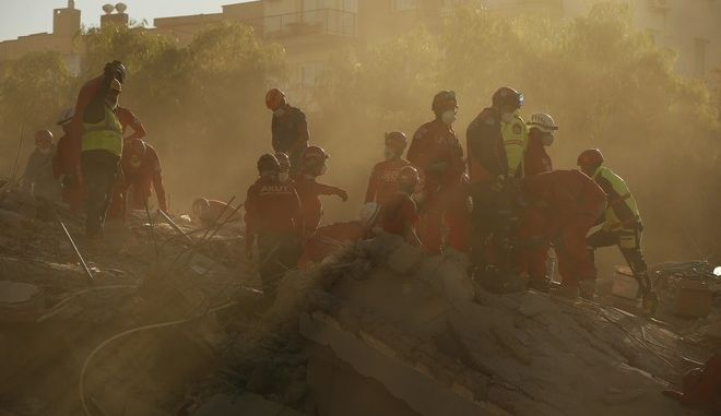 Επιχείρηση διάσωσης στη Σμύρνη μετά τον σεισμό