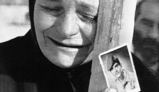 Ελληνοκύπρια μητέρα κλαίει κρατώντας μια φωτογραφία του αγνοούμενου γιου της