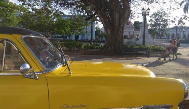 Αμάξι αντίκα στην κεντρική πλατεία του Σιενφουέγος, στην Κούβα
