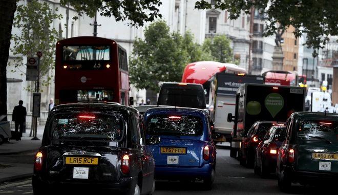 Κίνηση σε δρόμο του Λονδίνου