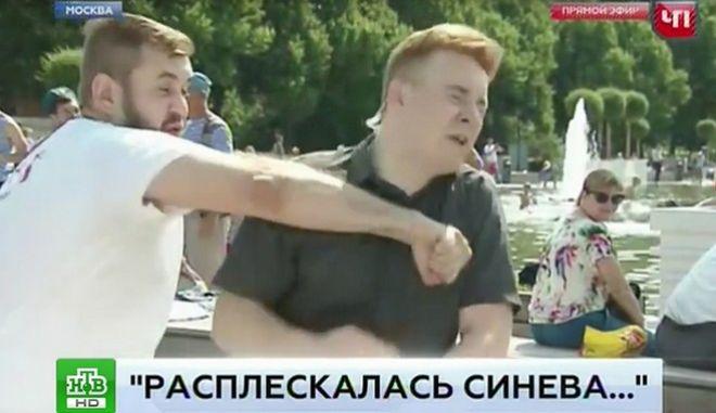Ρωσία: Μεθυσμένος ρίχνει μπουνιά 'on air', σε ρεπόρτερ