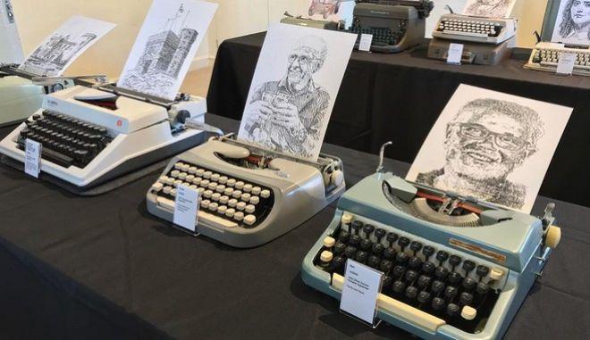 Ο Τζέιμς Κουκ ζωγραφίζει με γραφομηχανή