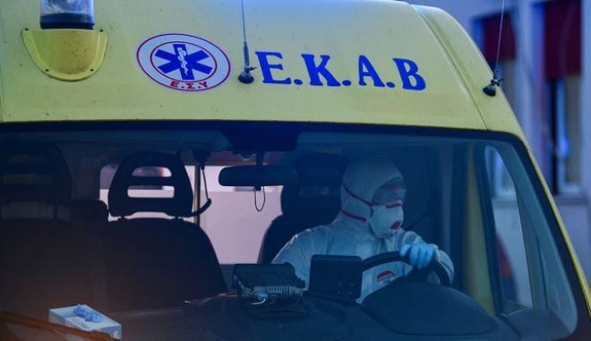 Ασθενοφόρο έξω από νοσοκομείο