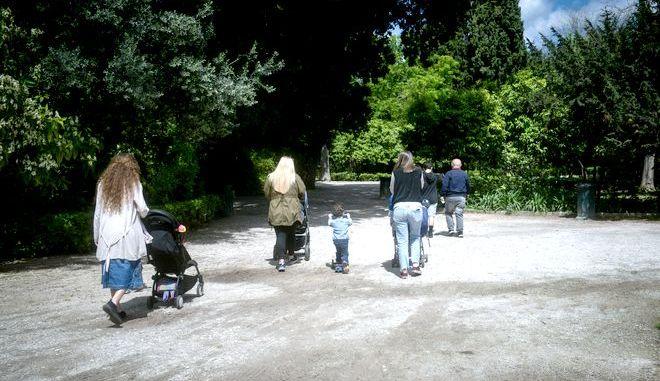 Πρώτη ημέρα σήμερα της άρσης των περιοριστικών μέτρων για την αναχαίτηση της διασπορά του covid-19 και άνοιξε ο Εθνικός Κήπος.Πολύς κόσμος λόγω της ελεύθερης μετακίνησης βρήκε την ευκαιρία για έναν περίπατο μέσα στο πράσινο στην καρδιά της πόλης, Δευτέρα 4 Μαϊου 2020 (EUROKINISSI/ΤΑΤΙΑΝΑ ΜΠΟΛΑΡΗ)