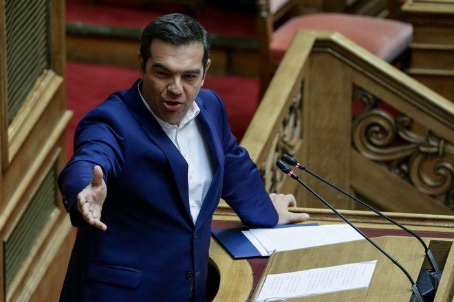 Ο Αλέξης Τσίπρας κατά την ομιλία του δείχνει προς τα άδεια κυβερνητικά έδρανα